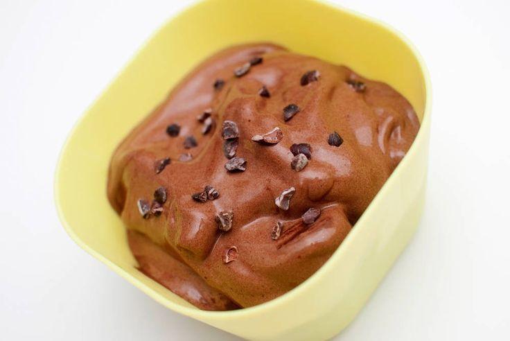 Superlettvint og sunnere enn vanlig – og du trenger ikke ismaskin! Hvordan en frossen banan blir hovedingrediensen i en nydelig, kremete, soft ice-aktig is er for meg et mysterium. Men det er sant! Fyll opp fryseren med bananer, og du kan lage is på ti minutters varsel! Her har jeg i rått kakaopulver og agavesirup, …