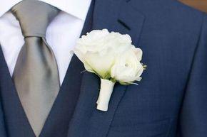 Si la boda será de noche pero más relajada como un brindis, una boda pequeña, una boda civil o una boda en jardín entonces elije como traje de novio uno formado por saco y pantalón en obscuros como negro, azul marino o gris oxford #bodas #elblogdemaríajosé #trajenovio #bodanoche