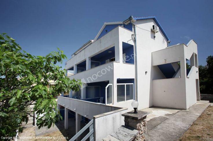 Apartamenty Zdravko znajdują się w małej dalmatyńskiej miejscowości Drage, pomiędzy Zadarem i Šibenikiem. Drage są ulokowane pomiędzy wyjątkowym Parkiem Narodowym Kornatym i Parkiem Przyrodniczym Vransko jezioro. Nasze apartamenty znajdują się w prywatnym domu, 300 m od morza, gdzie mogą się Państwo cieszyć malowniczym widokiem z balkonu na Kornati. Więcej zdjęć i szczegóły oferty na: http://www.nocowanie.pl/chorwacja/noclegi/drage/apartamenty/136997/