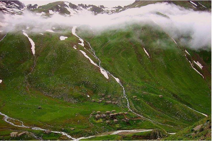 8. Ovit Yaylası/Rize - Yaz aylarında gidip 2640 m yükseklikte bulutların içinde yürümenin nasıl bir his olduğunu tatmak isteyenler için bulunmaz bir nimettir Ovit Yaylası. İkizdere-İspir yolu üzerinde bulunuyor.