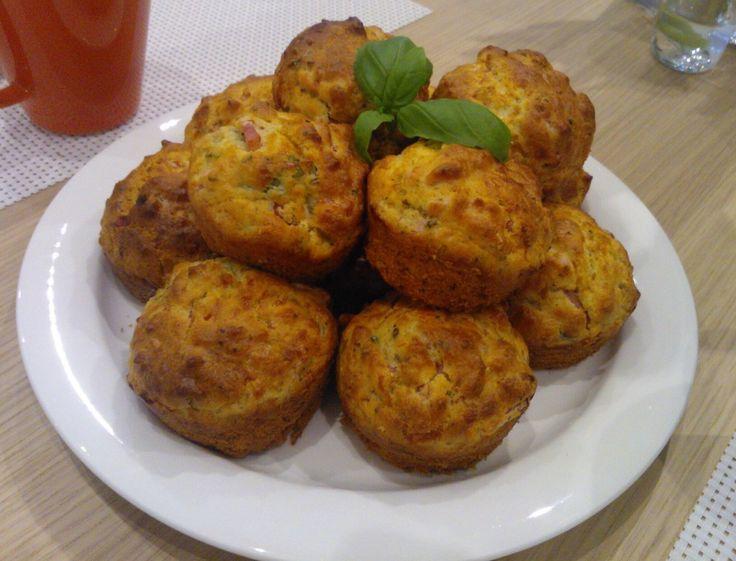 Kun kova into on leipoa, eikä aina sitä makeatakaan olisi hyvä syödä, niin täytyi keksiä jotain lievittämään leivontaintoa. Nämä superhelpot muffinssit ovat hyviä esimerkiksi aamupäiväteellä suolapalana, välipalana tai iltapalana.