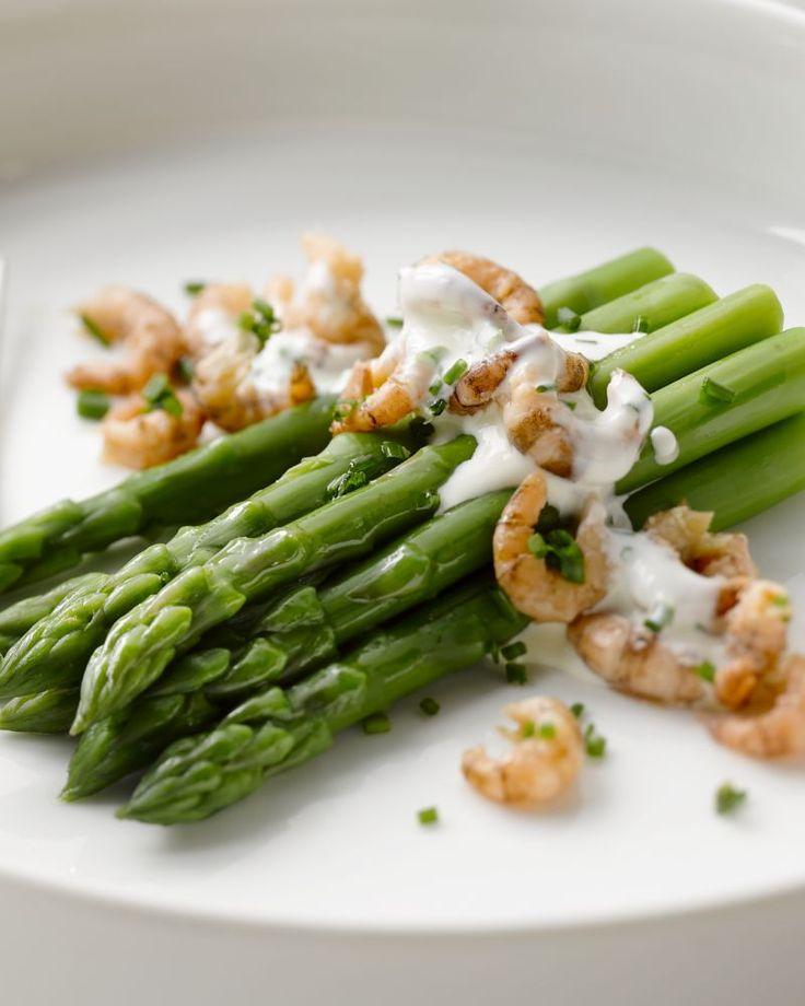 Heel eenvoudig en puur zijn deze groene asperges met garnaaltjes. Afgewerkt met een verrassende bieslookroomsaus is dit ideaal als lichte lunch of voorgerecht.