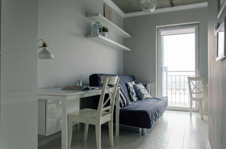 Stół: Ikea Melltorp; Pod stołem szafka na drukarkę. Ściany: Stalowe Magnolie firmy Śnieżka