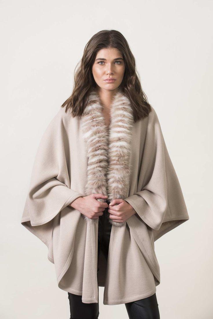 Πλεκτά με γούνα : Beige knitting cape with fur