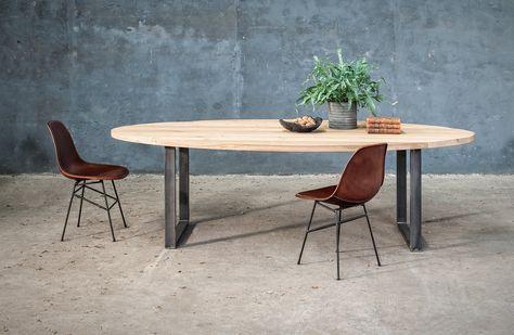 Massief houten ovale tafel op maat met metalen poot woontheater