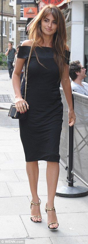 Penelope Cruz trades chic LBD for casual skinny jeans in London #dailymail