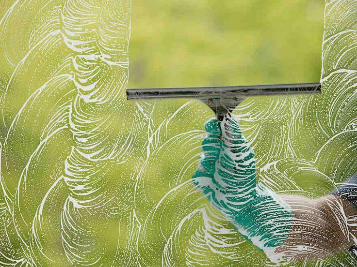 Huolellinen pesu ja hyvät välineet takaavat kirkkaat ikkunat.