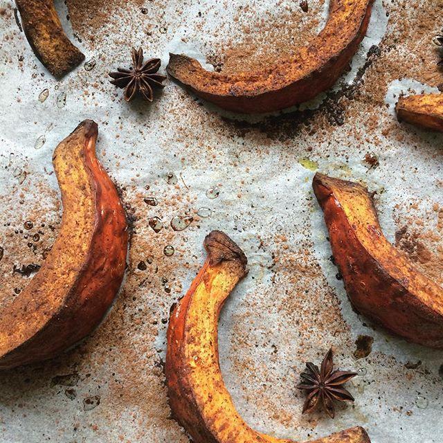 """Belle soirée à tous ✨ Retrouvez cette recette sur bowl-and-spoon.com """"Courge rôtie aux épices"""" #bowlandspoonblog"""