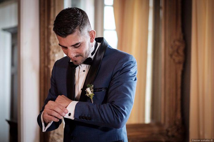 Traje azul marino con detalles en negro para el novio