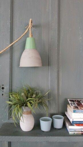 Lampje gemaakt van oude onderdelen, touw om snoer gewikkeld en klaar.