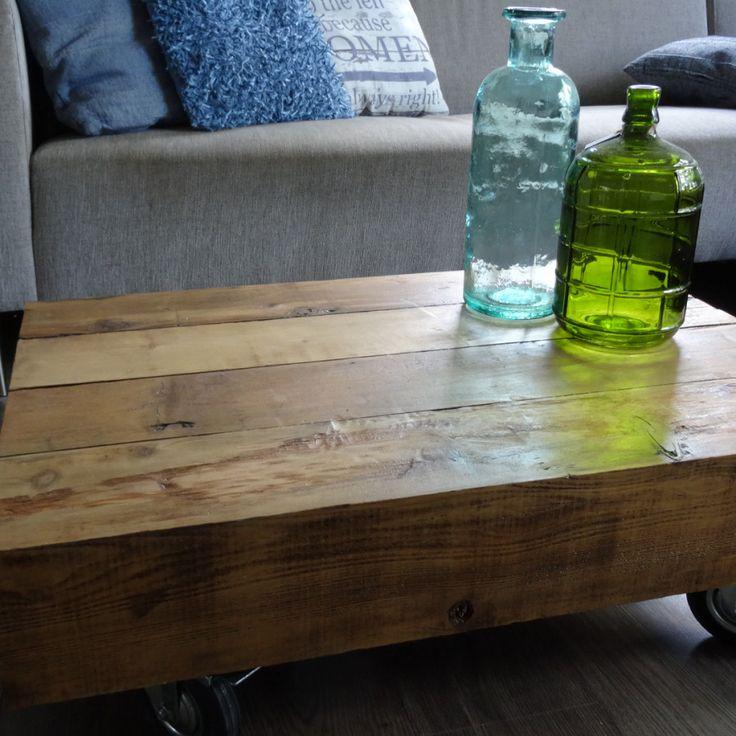 Salontafels van 60cm en 80cm. Met een vaste breedte van 58cm en een hoogte van 29cm (inclusief wielen). De tafels zijn gemaakt van balken die 14cm breed en 14cm dik zijn. Red cedar is een hardhoutsoort met een duurzaamheidsklasse van 5. In Canada wordt het gebruikt als dakpannen, wat dus betekent dat het hout een zeer lange levensduur heeft en ook buiten toegepast kan worden. De tafels zijn voorzien van bokwielen en kunnen worden afgelakt.