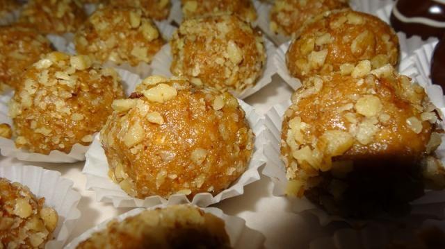 Tieto guľky nesmú chýbať nikdy na sviatočnom stole. Vôňa medu pripomína marlenku, salko,med, oriešky a maslo spolu dohromady v jednej guličke. Čo poviete na túto kombináciu? :):) :) Už len vyskúšať :