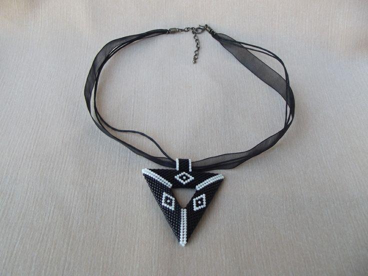 Fekete háromszög medálos nyaklánc