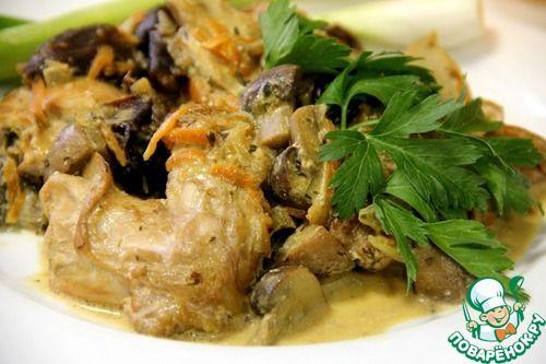 Кролик в сметанном соусе с грибами - кулинарный рецепт