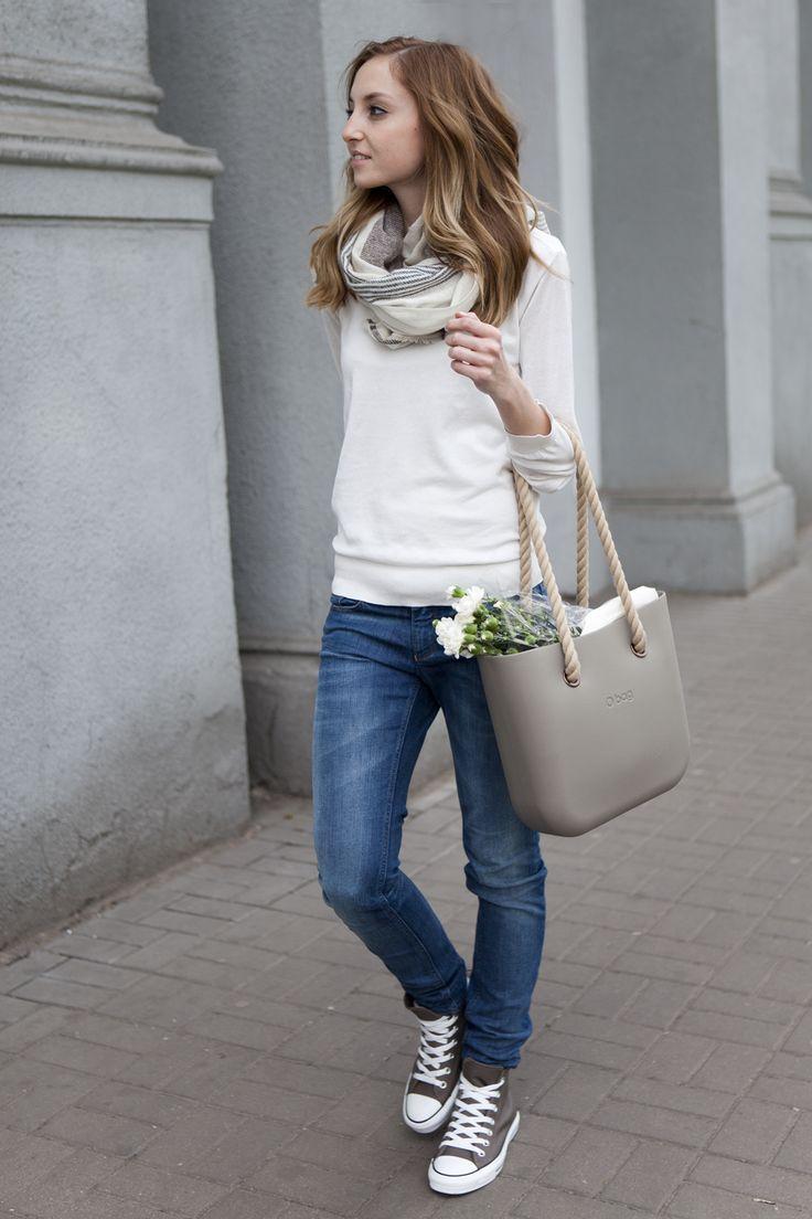 converse sneakers and loose jeans