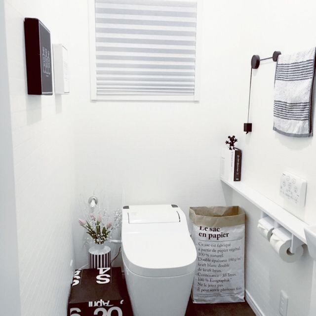 女性で、4LDKのフランフラン/雑貨/インテリア/白黒 収納/モノトーン/北欧インテリア…などについてのインテリア実例を紹介。「我が家のトイレは 収納が少ないので、トイレットペーパーは ペーパーバックに入れてます! なるべく生活感が出ないように 目隠しに お花を置いたり、タオルもあえてハンドメイドの 紐フックに 掛けみました。」(この写真は 2016-03-01 20:57:38 に共有されました)