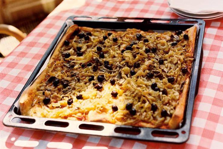 Kijk wat een lekker recept ik heb gevonden op Allerhande! Franse uienpizza met groene salade (pissaladière)