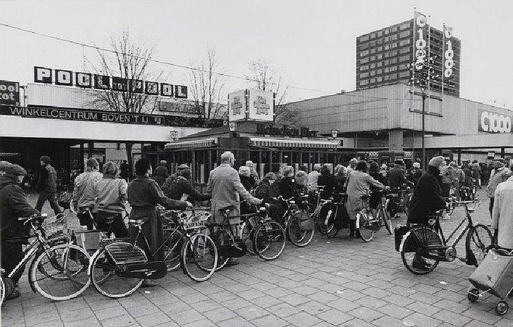 Amsterdam Noord - Het winkelcentrum op het Buikslotermeerplein in 1984 tijdens een actie waar je gratis je fiets kon laten graveren.
