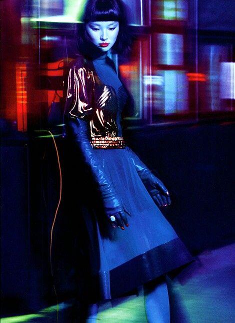 photo de mode : Si Miao Bin in Leather Opera Gloves. Numéro China, bleu