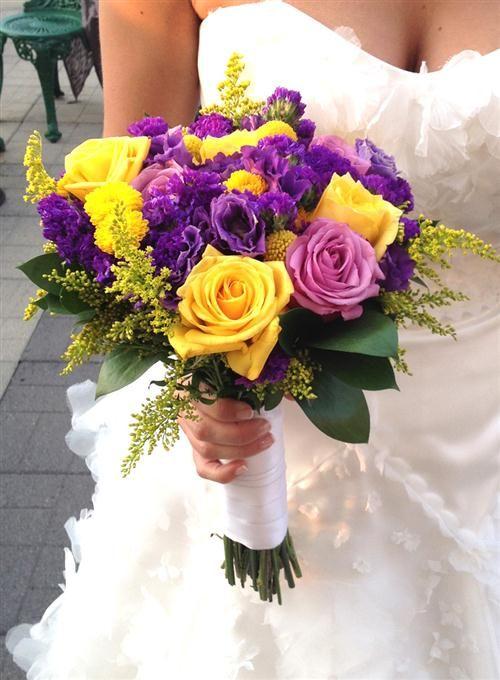 Ramo de novia con flores violetas y amarillas