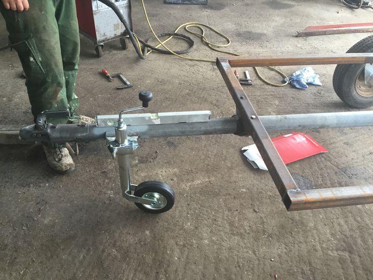 Halter für das Stützrad dran geschweißt und Stützrad montiert