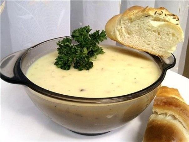 Пряный чесночно-сливочный суп  209 ккал- порция    На 4 порции:    1 головка чеснока – 30 гр.  1 луковица – 100 гр.  картофель – 400 гр.  сливочное масло – 50 гр.  сливки – 100 гр.  лавровый лист  соль    1. Чеснок нарезать пластинами, лук измельчить. В сковороде растопить масло, добавить чеснок, лук и лавровый лист. Готовить на медленном огне 15 мин.  2. В кастрюлю налить 1 литр воды, добавить готовый чеснок с луком, дать закипеть.  3. Картофель нарезать на маленькие кубики, кинуть в…