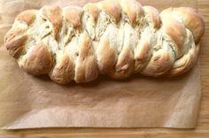 Hefezopf backen: Der duftet, wie er schmeckt. Kaum aus dem Ofen, schmilzt schon die Butter auf der ersten warmen Scheibe. Ein Familienrezept von http://www.meinesvenja.de/2015/09/17/hefezopf-backen/