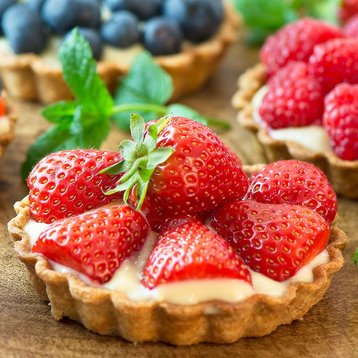 Summer berry and custard tarts – crispy pastry filled with creamy vanilla custard and topped with fresh, juicy berries. A delicious, elegant summer dessert.