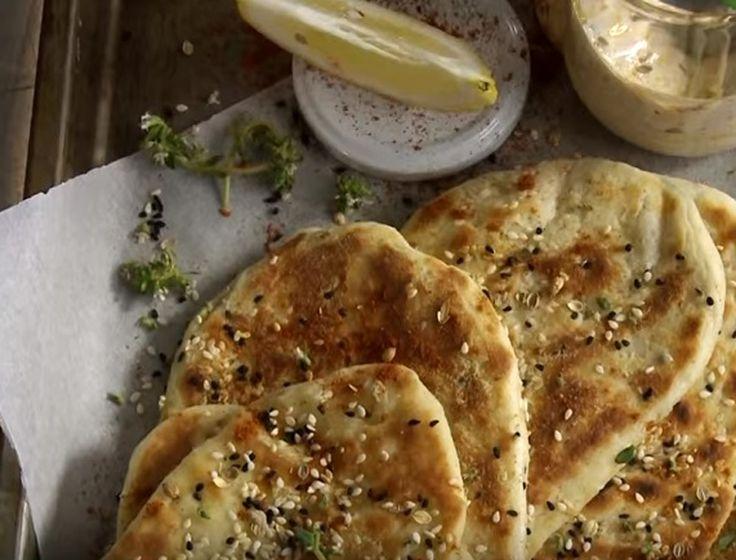 """Πίτα για σουβλάκι και όχι μόνο, από """"σπίτι""""! Το γιαούρτι μέσα στη ζύμη της δίνει μια ιδιαίτερη γεύση και την κάνει πιο μαλακή."""