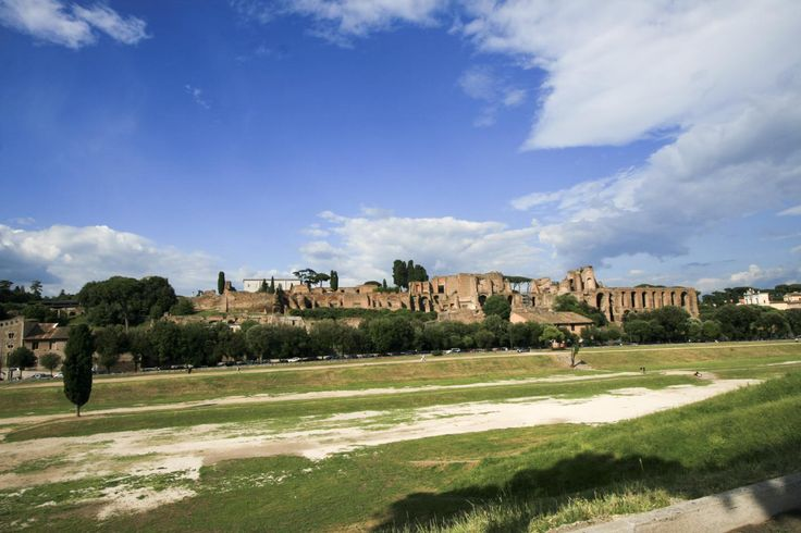 手前が古代ローマ時代に競技場として使われていた「チルコ・マッシモ」。 現在でもイベント会場などに用いられます。