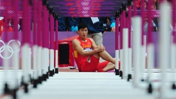 El Chino Liu Xiang no pudo clasifical para la final de los 110 con vallas tras lesionarse.