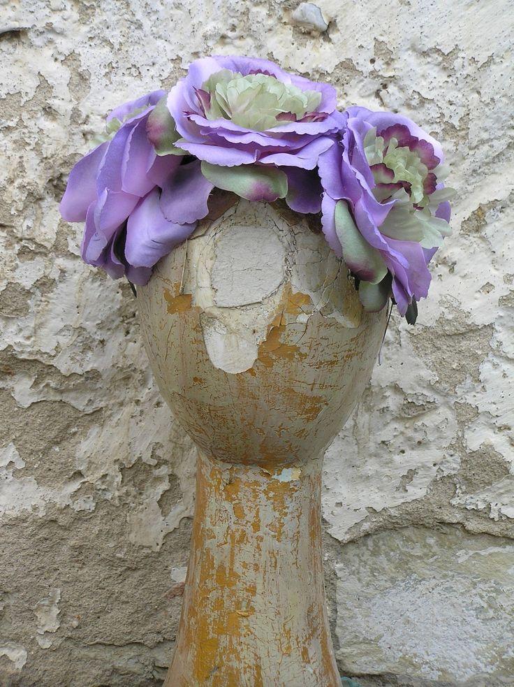Fialové růže - fascinátor Základem fascinátoru jsou 3 fialové růže. Po kovové čelence se dají posouvat podle potřeby. 472