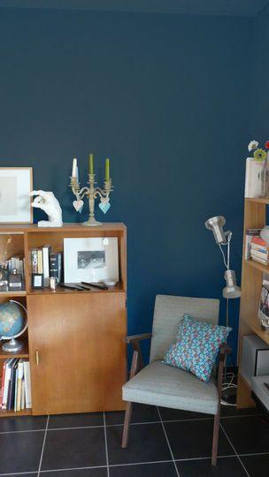 Peinture bleue tendance sur les murs de mon salon