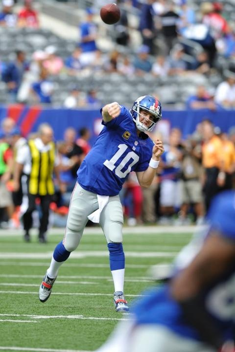 Giants vs. Buccaneers. New York Giants QB Eli Manning throws during pregame warmups.