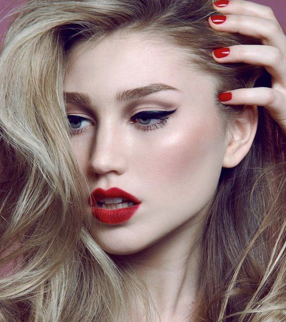 Pale skin, red lips, black liner and red nails.                                                                                                                                                      More
