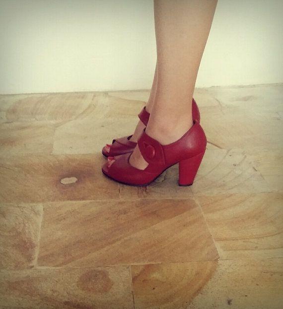 scarpe di cuoio di stile anni  40. Prendi il tuo vestito danza. Lannata ha designato le scarpe che sono così confortevole. Coppia in su con una