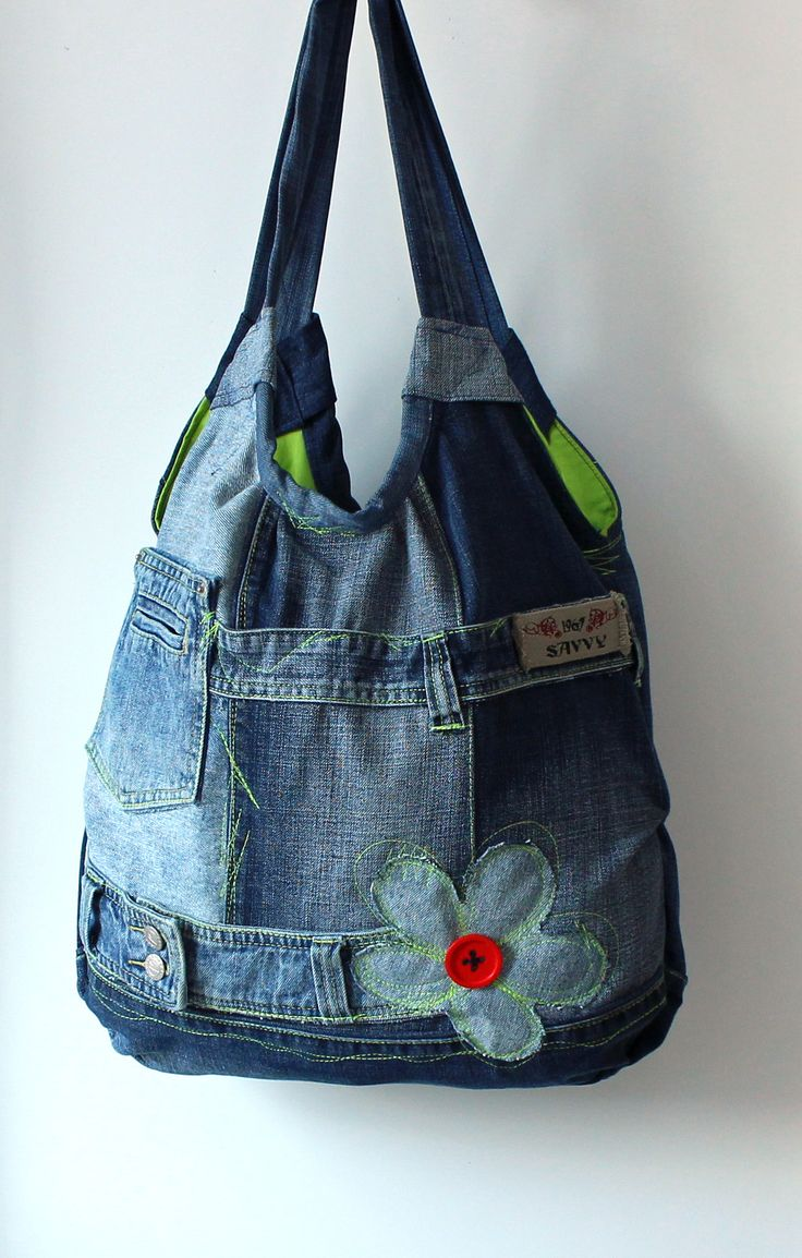 """riflová Další riflová taška ušitá z parádních džínů ze """"sekáče"""":). Pro šití tašek si vybírám riflíky, které mne něčím zaujmou:) . Barvou, """"šisováním"""" a hlavně kvalitou vypracování. A musím říci, že některé kousky jsou prostě neodolatelné ! Byla by škoda takovou parádu nechat ladem:). Pak různě kombinuji odstíny modré, našívám na tašky ..."""