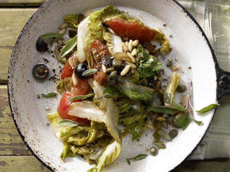 Habt Ihr schon mal geschmorten Salat probiert? Geschmorter Römersalat - mit Tomaten, Oliven und Parmesan - smarter - Kalorien: 263 Kcal - Zeit: 20 Min. | eatsmarter.de
