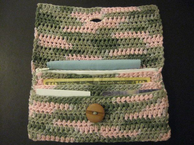 Crochet Bag With Pockets Pattern : 17 Best ideas about Crochet Wallet on Pinterest ...