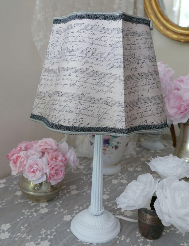 Abat-jour carré alsacien, papier notes de musique Jeanne D'arc Living , pour une décoration shabby chic Lampshade custom made http://www.perledelumieres.com/