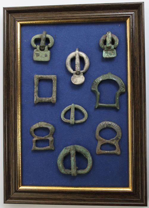 Oude Romeinse & Byzantijnse Rijk brons & zilver buckles in frame - 16 mm/32 mm (9)  Gespen in het frame.Zilveren gesp heeft gestileerde zoomorphic ornamentenMateriaal: Brons zilver.Periode: 1ste-6de eeuw AD.Maat: 16-22 mm.Zilver: 32 x 25 mm (96 gram)Conditie: Zeer fijne/zie foto.Gespen zijn niet vast in een frame.Zie afbeeldingen voor een juiste indruk.Zal worden verzonden per aangetekende post met het tracking-nummerAlle noodzakelijke documenten zijn afkomstig van CatawikiHerkomst: Gekocht…