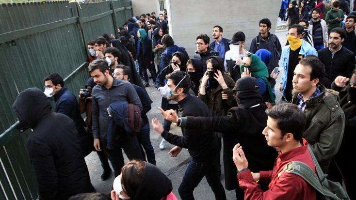 Uma porta-voz da chefe da diplomacia europeia disse esperar que o direito a manifestações pacíficas e de liberdade de expressão seja garantido no Irão, onde já morreram 11 pessoas em protestos. http://observador.pt/2018/01/01/uniao-europeia-espera-respeito-pelo-direito-de-manifestacao-no-irao/