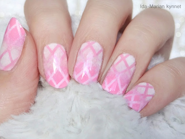 Ida-Marian kynnet / Pink and white double gradient with criss-crossed pattern / #Nails #Nailart