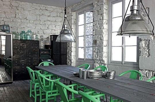 stoer: industrieel brocante ijzeren meubels, industrielampen en dan weer fris groene stoelen! Leuk!!! Vergelijkbare meubels en accessoires te koop bij Old Basics.