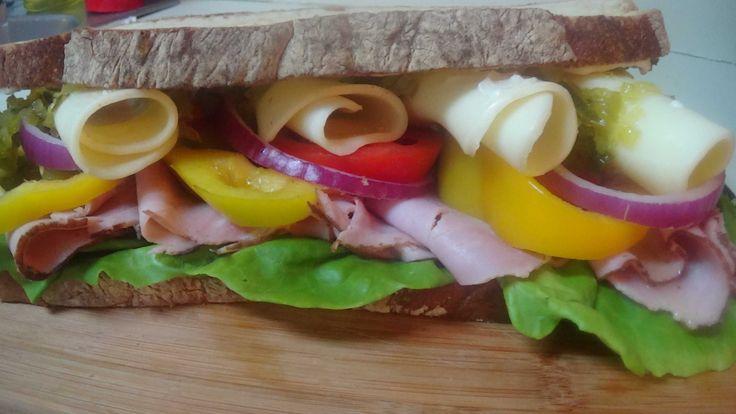 FIESTA TURANO SANDWICH  Este espectacular sandwich preparado con Pan Turano Tostado, con una mezcla de jamones ahumados y quesos pero ese toque especial que le da los pepinillos dulces, es un completo acierto para un verdadero lunch.......Y ..Listo.