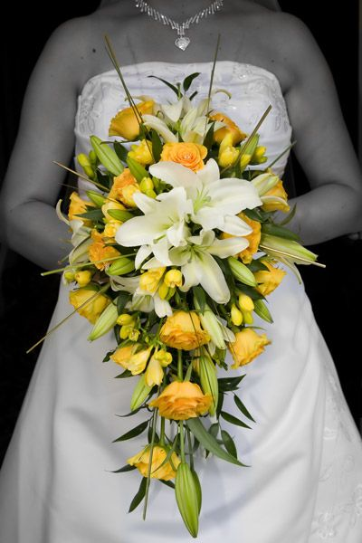 bruidsboeket druppelvorm,witte lelies en gele rozen.