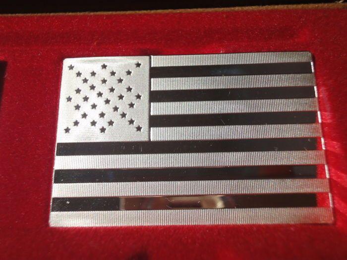 """Zilver edelmetaal - '16  Zeer zeldzame silver bullion """"16e Amerikaanse vlag van Amerika Anno 1861""""Fabrikant: Franklin MintSerie: """"lijst van vlaggen van Amerika""""Materiaal: Sterling Zilver 925/1000Gewicht: 1111 korrels = 72.9 gProductie: 1972-1977Editie: 4892 kopieënVerschillende kwaliteit postzegels werden geplaatst op de zijkanten van de zilveren staven.Voor veiling is hier een zilveren ingots van de zeer beperkte oplage """"Vlaggen van Amerika"""" door de Franklin Mint.In de volgende 4 week zal…"""