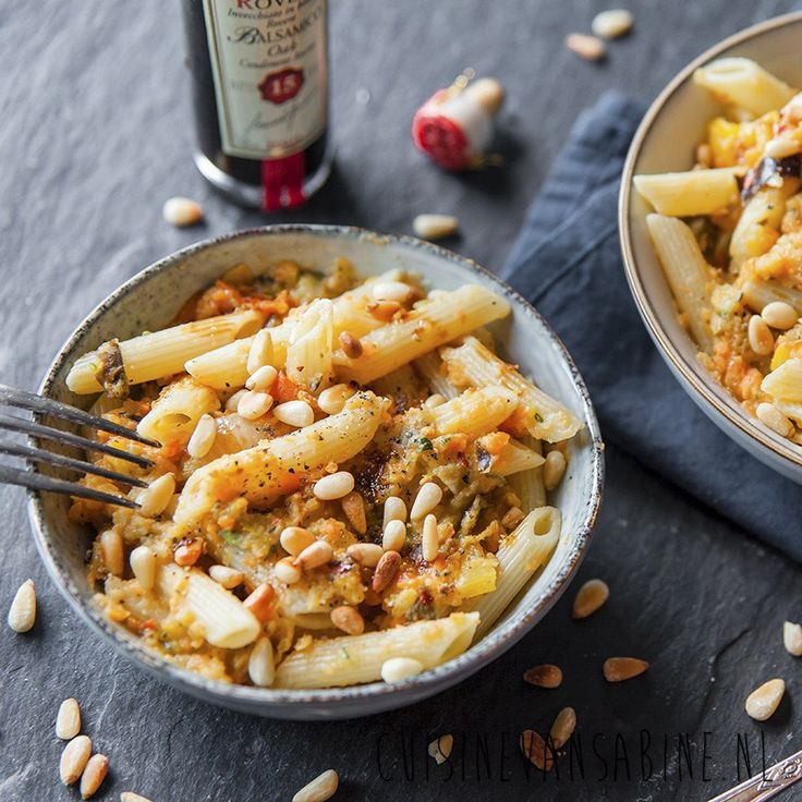 Veganistische pasta met saus van geroosterde groenten   Vegan pasta with sauce of oven roasted veggies