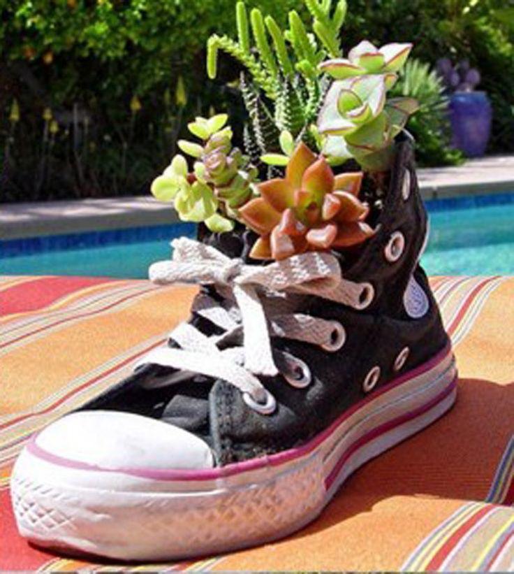 Sapatos velhos e sapateiras de parede também se transformam e ótimos vasinhos!