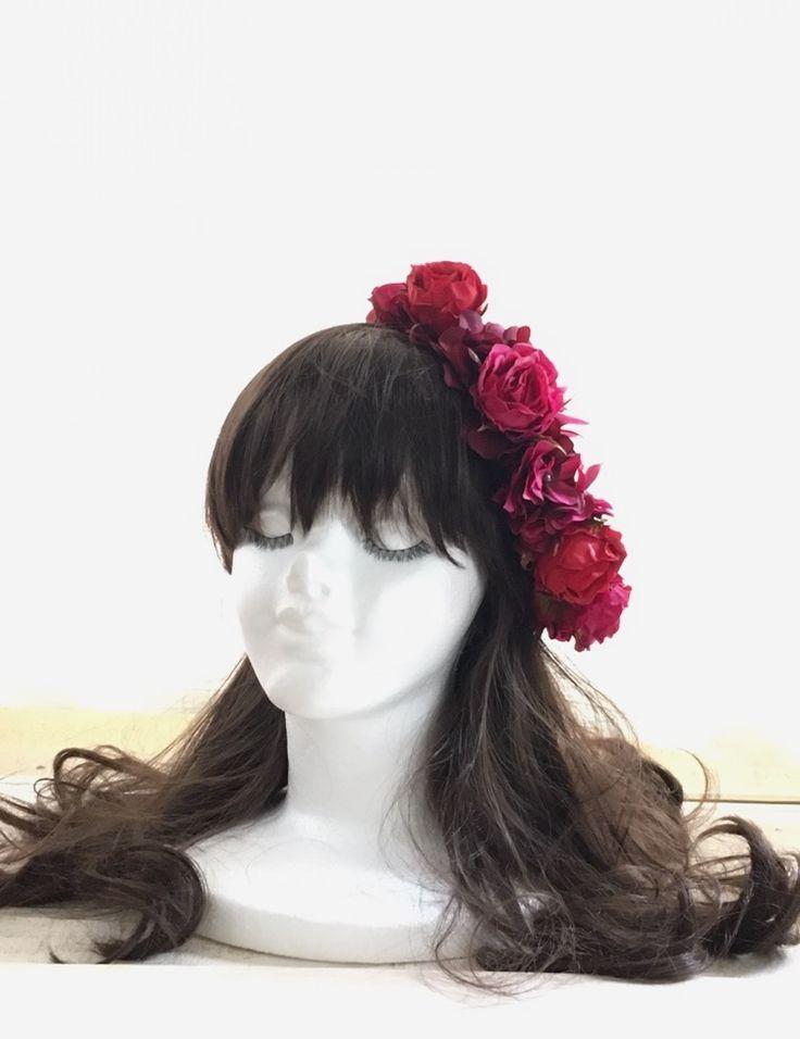 斜めにつける花冠のようなヘッドドレスのような髪飾り。  レッド&ワイン&フーシャピンクのローズ達がギュッと。  ウェディング花手箱